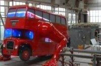 Скульптура чешского мастера Давида Черного: двухэтажный автобус