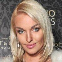 Анастасия Волочкова стала брюнеткой. Фото из Твиттера