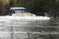 Число жертв наводнения в Великобритании возросло до трех человек