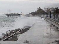Ялтинскую набережную разбило волнами