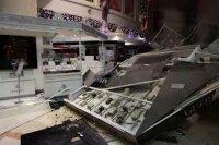 Аквариум с акулами упал на посетителей торгового центра в Шанхае