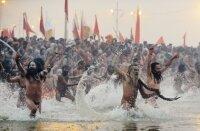 В Индии в честь религиозного праздника искупаются 100 миллионов индусов
