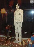На витрине Adidas был изображен Гитлер