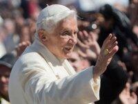 Через несколько часов,  Бенедикт XVI покинет престол
