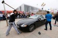 Китаец разбил свой Maserati в знак протеста
